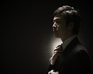 ネクタイをしめるビジネスマンの素材 [FYI01032706]