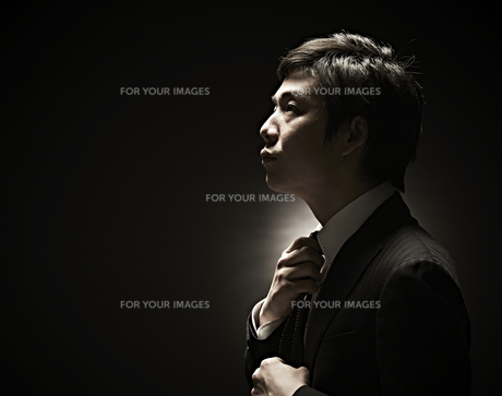 ネクタイをしめるビジネスマンの素材 [FYI01032727]