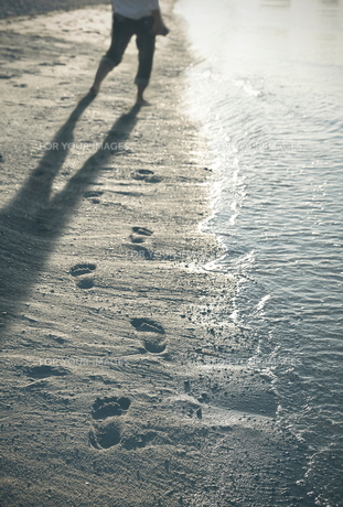 砂浜と足跡の素材 [FYI01032728]