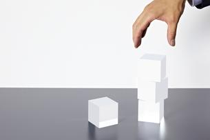 積み重なったアクリルキューブと手の素材 [FYI01032736]