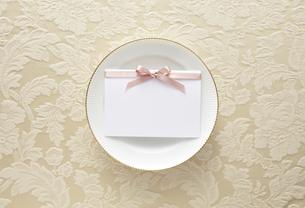 布の上の白い皿とメッセージカードの素材 [FYI01032742]