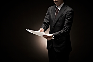説明をするビジネスマンの素材 [FYI01032747]