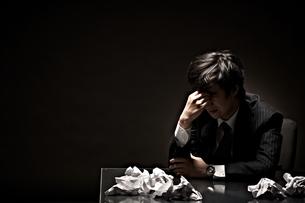 悩むビジネスマンの素材 [FYI01032751]