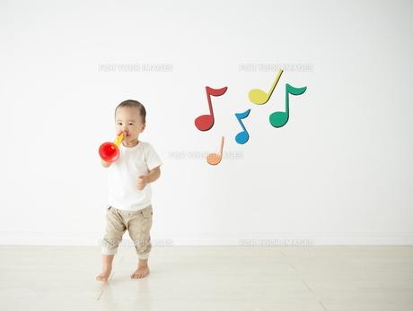 遊んでいる子供の素材 [FYI01032755]