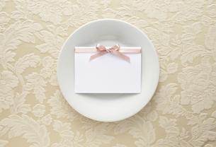 布の上の白い皿とメッセージカードの素材 [FYI01032760]