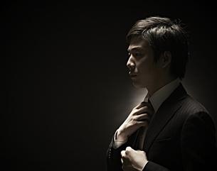 ネクタイをしめるビジネスマンの素材 [FYI01032765]