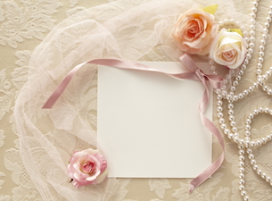 布の上の白い皿とメッセージカードの素材 [FYI01032773]