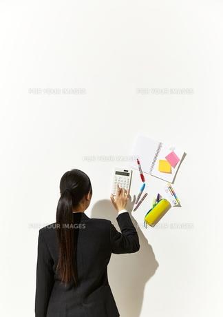電卓をたたくビジネスウーマンの素材 [FYI01032776]
