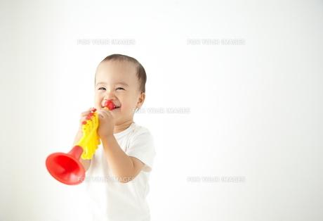 遊んでいる子供の素材 [FYI01032819]