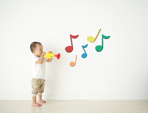 遊んでいる子供の素材 [FYI01032847]