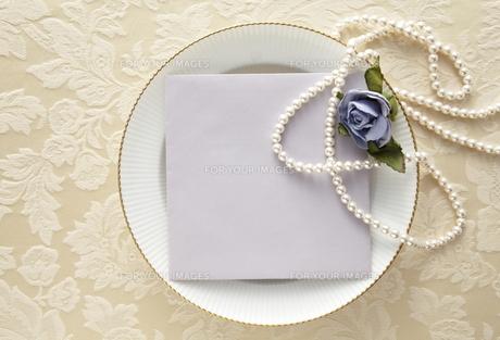 布の上の白い皿とメッセージカードの素材 [FYI01032898]