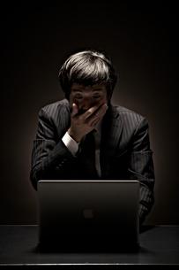 パソコン画面に驚くビジネスマンの素材 [FYI01032955]