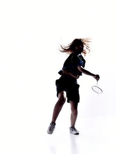 バトミントンをする女性のシルエットの素材 [FYI01032992]
