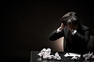 悩むビジネスマンの素材 [FYI01033002]