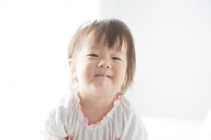 光の中に包まれる赤ちゃんの素材 [FYI01033004]