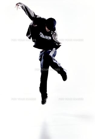 ダンスをする女性のシルエットの素材 [FYI01033018]
