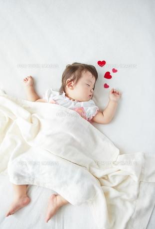 お昼寝している赤ちゃんとハートの素材 [FYI01033024]