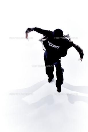ダンスをする女性のシルエットの素材 [FYI01033049]