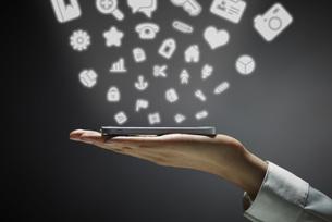 最新テクノロジーを駆使する女性の手の素材 [FYI01033054]