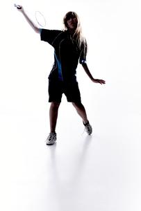 バトミントンをする女性のシルエットの素材 [FYI01033056]
