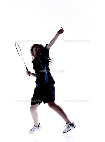バトミントンをする女性のシルエットの素材 [FYI01033057]
