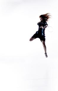 バトミントンをする女性のシルエットの素材 [FYI01033061]
