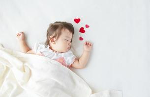 お昼寝している赤ちゃんとハートの素材 [FYI01033066]