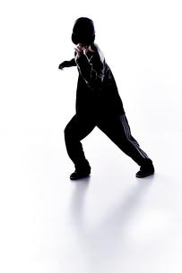 ダンスをする女性のシルエットの素材 [FYI01033075]