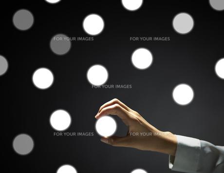 アイコンを手にする女性の手の素材 [FYI01033088]