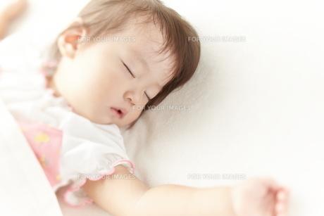 お昼寝している赤ちゃんの素材 [FYI01033095]