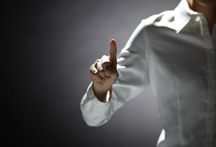 指を伸ばす女性の手の素材 [FYI01033099]