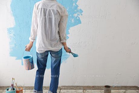 DIYをする女性の素材 [FYI01033109]