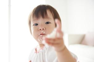 白米を食べている赤ちゃんの素材 [FYI01033110]