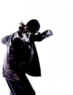 ダンスをする女性のシルエットの素材 [FYI01033114]