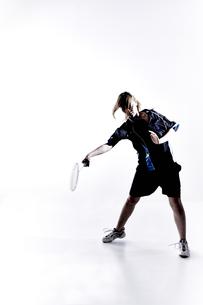 バトミントンをする女性のシルエットの素材 [FYI01033115]
