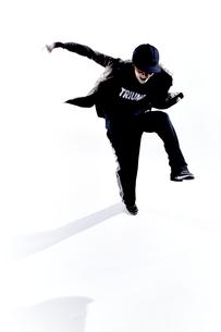 ダンスをする女性のシルエットの素材 [FYI01033125]