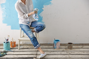 DIYをする女性の素材 [FYI01033130]