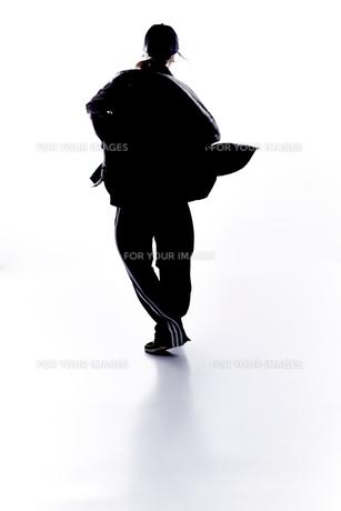 ダンスをする女性のシルエットの素材 [FYI01033133]