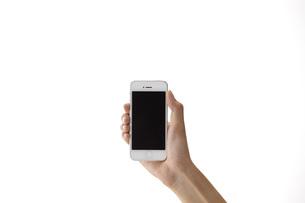 スマートフォンを持つ女性の手の素材 [FYI01033135]