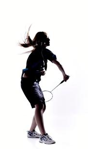 バトミントンをする女性のシルエットの素材 [FYI01033139]