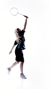 バトミントンをする女性のシルエットの素材 [FYI01033152]