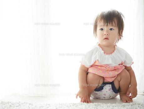 しゃがんで何かを見つめている赤ちゃんの素材 [FYI01033153]