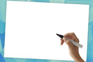 ペンで書き込む女性の素材 [FYI01033156]