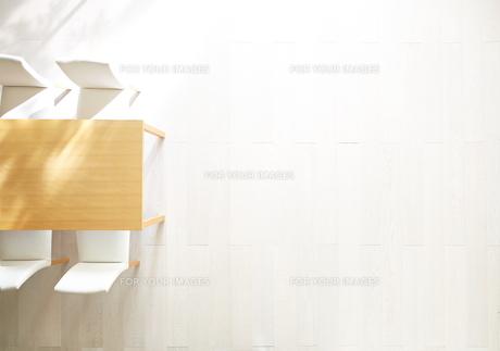 日差しが差し込むリビングにあるテーブルと椅子の素材 [FYI01033157]
