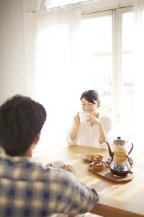 男性とコーヒーを飲みながら会話している女性の素材 [FYI01033161]