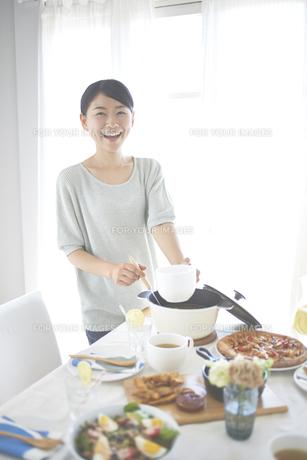 スープを配る女性の素材 [FYI01033165]