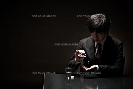 悩むビジネスマンの素材 [FYI01033170]