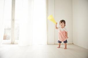 黄色のメガホンで遊ぶ赤ちゃんの素材 [FYI01033171]