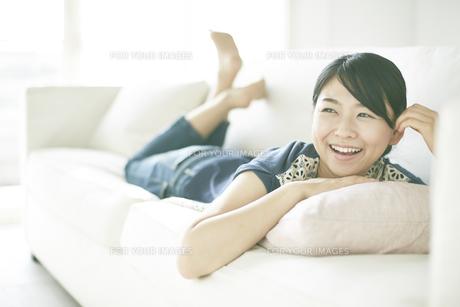 ソファーでくつろいでいる女性の素材 [FYI01033174]