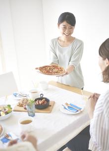 ピザを差し出す女性の素材 [FYI01033178]